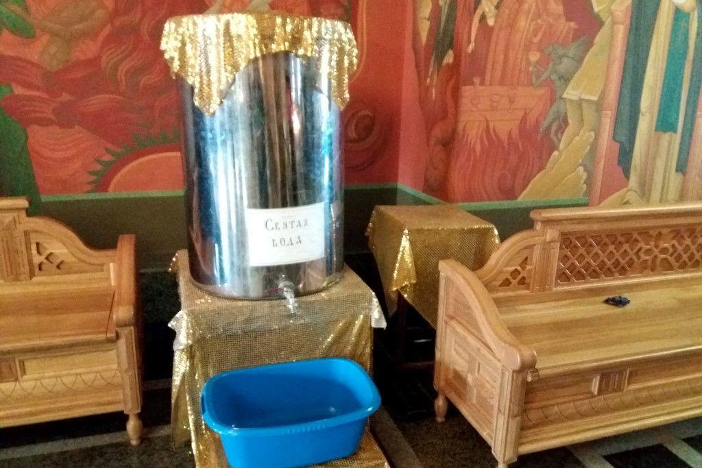 Heiliges Wasser in einer orthodoxen Kirche in Irkutsk