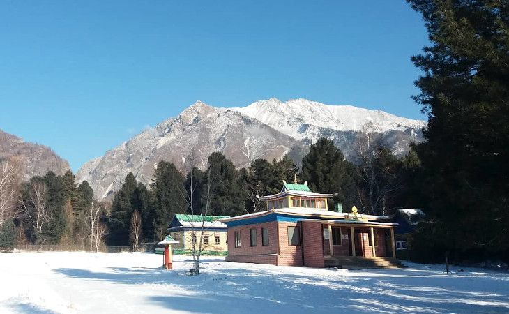 buddhistischer Tempel vor den Bergen in Arschan