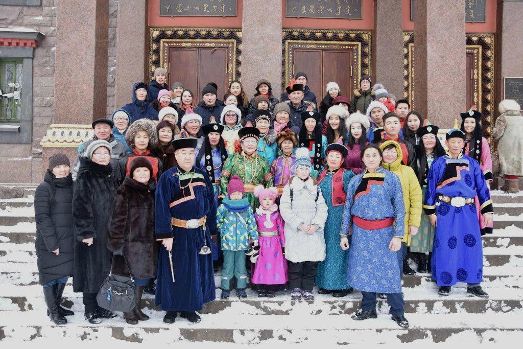 Burjatische Familie vor einem buddhistischen Tempel