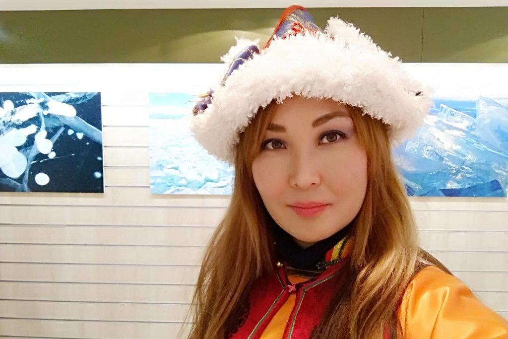 Burjatin vor Bildern einer Ausstellung mit dem Eis des Baikalsees