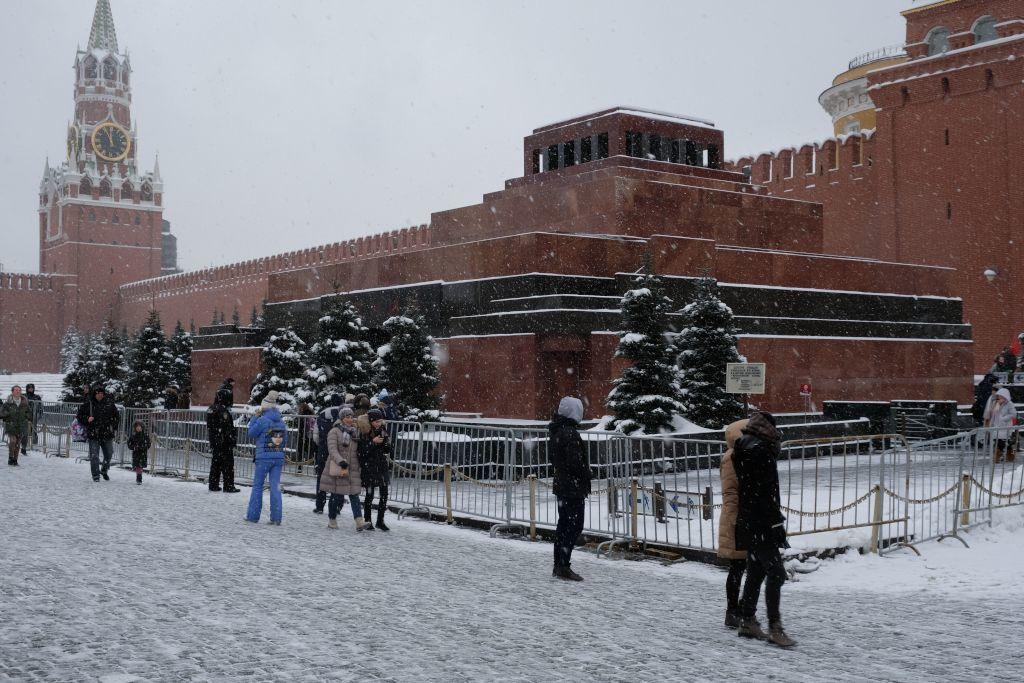 Lenin Mausoleum mit Spasski Turm im Hintergrund im Winter