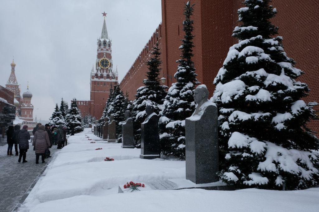 Bereich zwischen dem Lenin-Mausoleum und der Kreml Mauer mit Gräbern bedeutender Persönlichkeiten