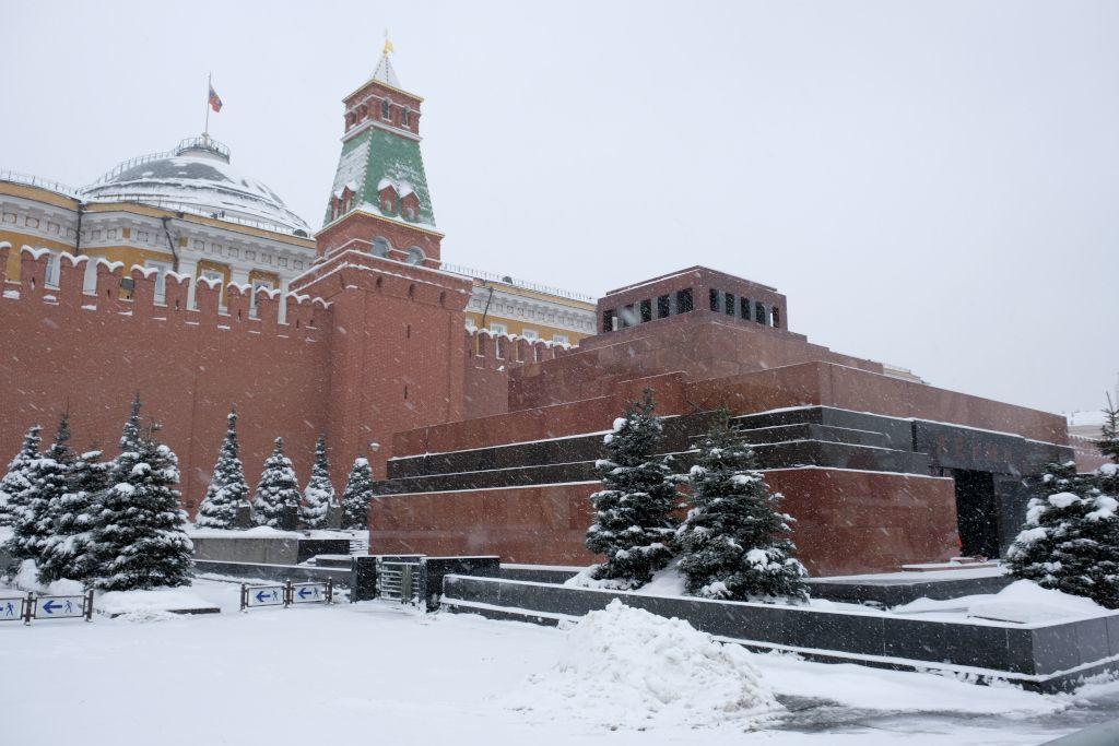 Lenin Mausoleum im Winter mit der Kreml Mauer