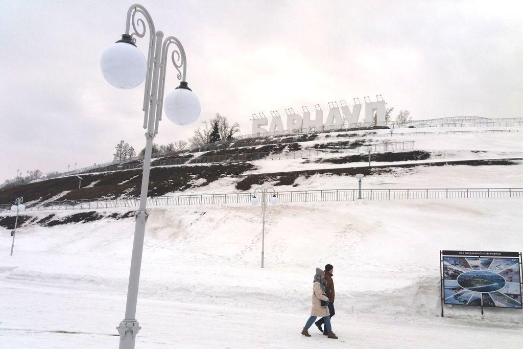 Promenade am Fluss Ob mit Barnaul Buchstaben