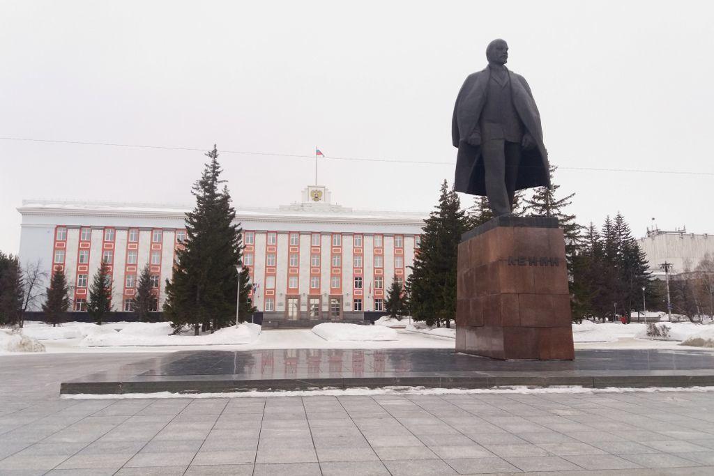 Verwaltungsgebäude der Altai Region mit Lenin Statue