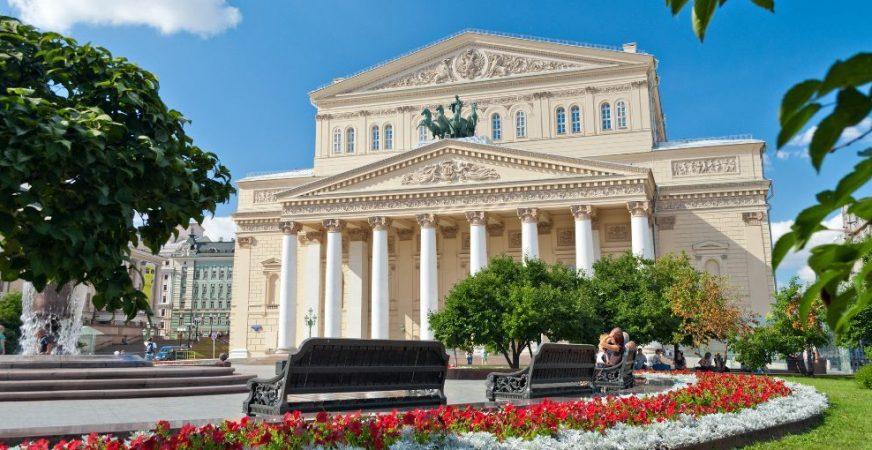 Sitzbänke mit Blick auf das Bolschoi-Theater