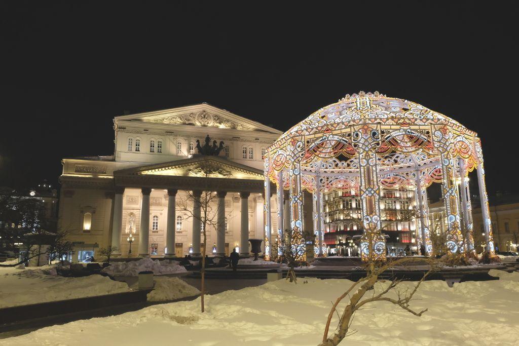 Bolschoi-Theater beleuchtet bei Nacht mit Schnee