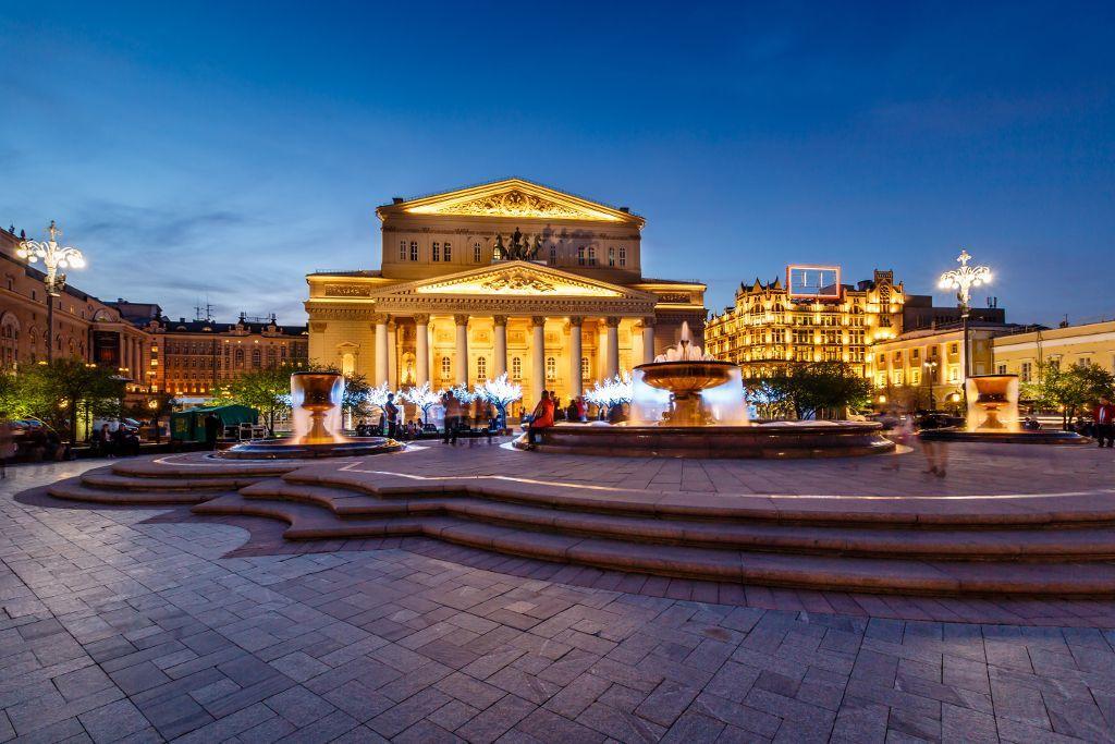 Bolschoi-Theater in Moskau beleuchtet bei Nacht