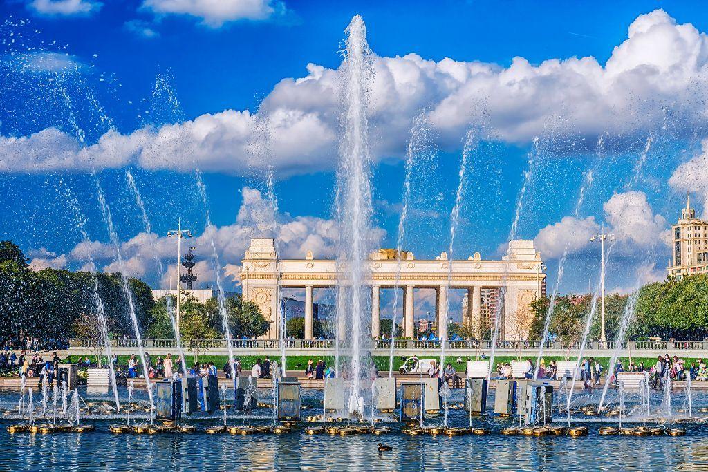 Springbrunnen und Eingangstor im Gorki Park