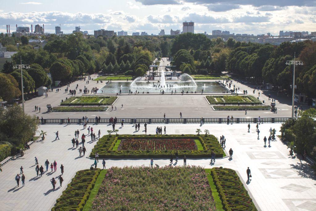 Blick von oben auf den Eingang des Gorki Parks in Moskau