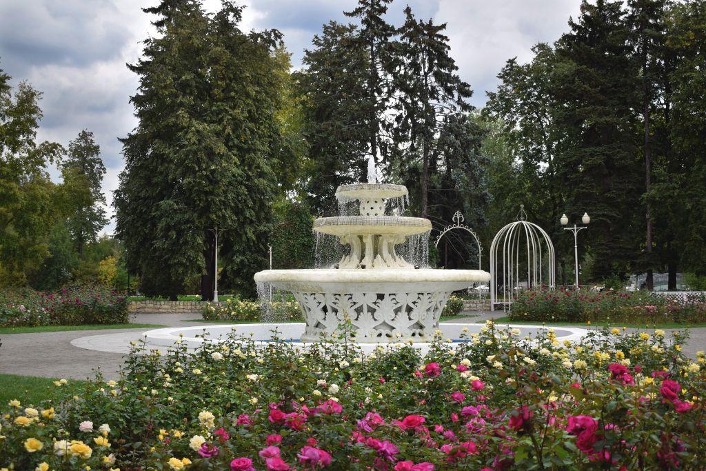 Springbrunnen im Rosengarten des Gorki Parks