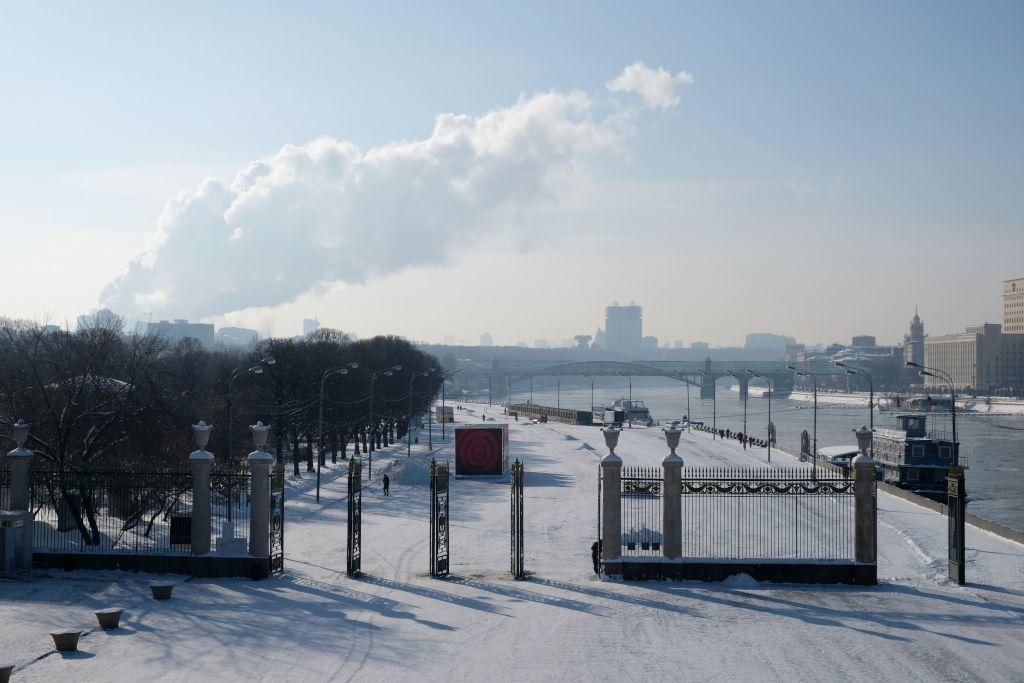 Eingangsbereich des Gorki Park in Moskau im Winter