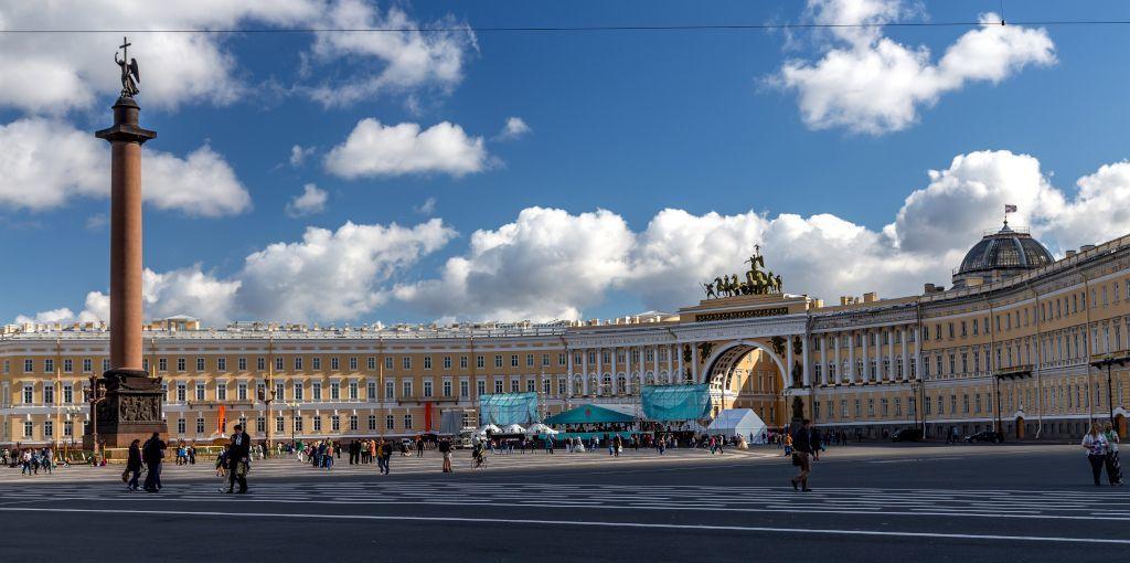Schlossplatz mit Alexander-Säule und General-Hauptsitz