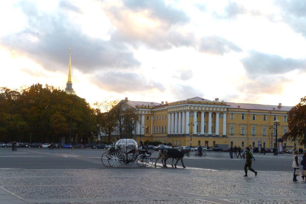 Blick auf das Gebäude der Admiralität mit Pferdekutsche