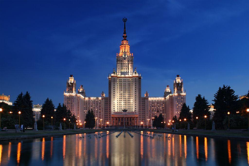 Lomonossow Universität in Moskau bei Nacht
