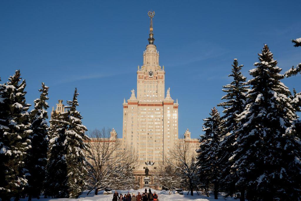 Lomonossow Universität mit Bäumen und Schnee