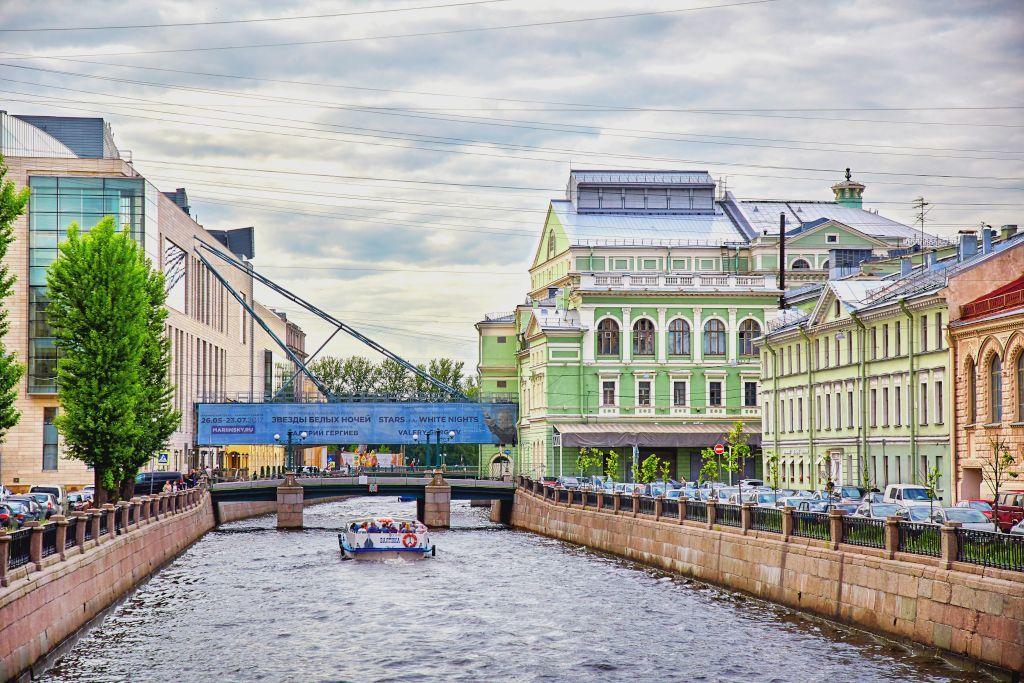 Die neue und alte Bühne des Mariinski-Theater in Sankt Petersburg