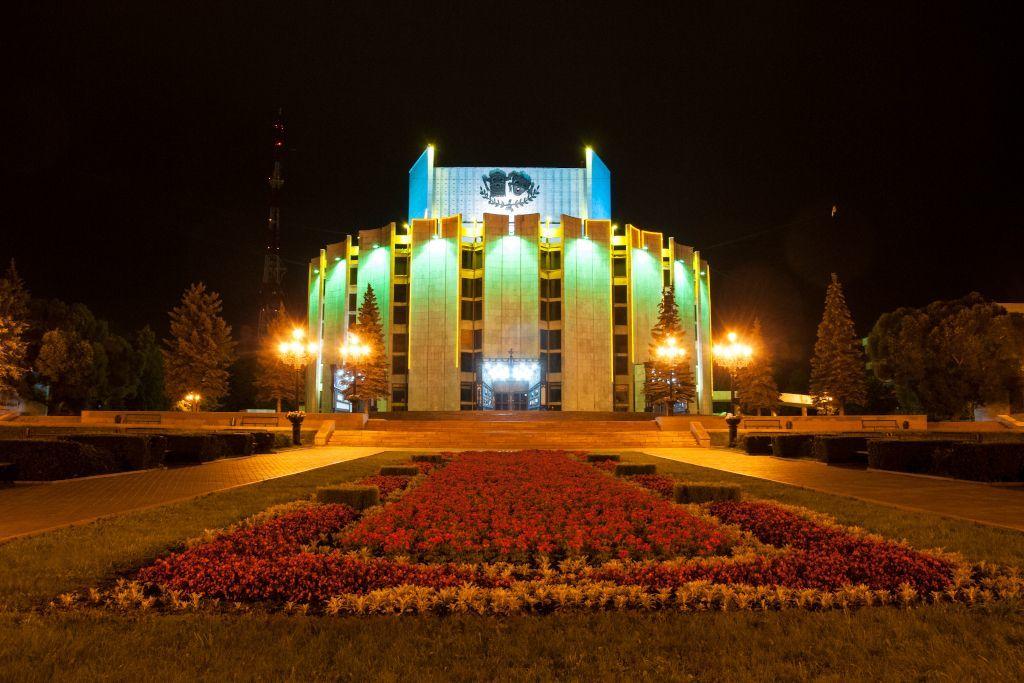 Theater am Platz der Revolution in Tscheljabinsk bei Nacht