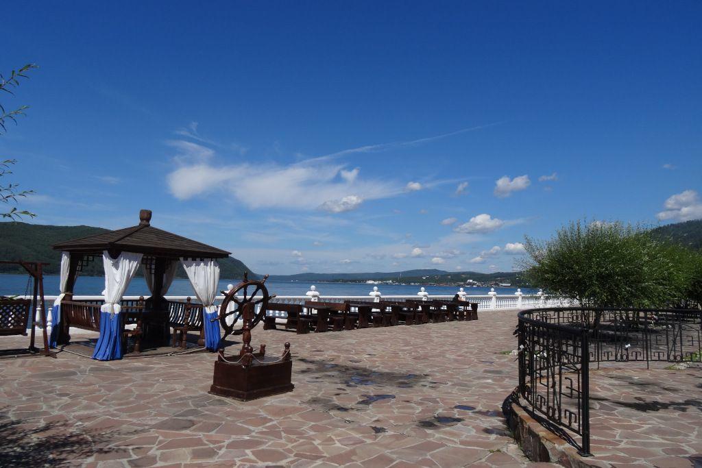 "Terasse des Hotels ""Legend of Baikal"" mit Blick auf den Abfluss der Angara aus dem Baikalsee"
