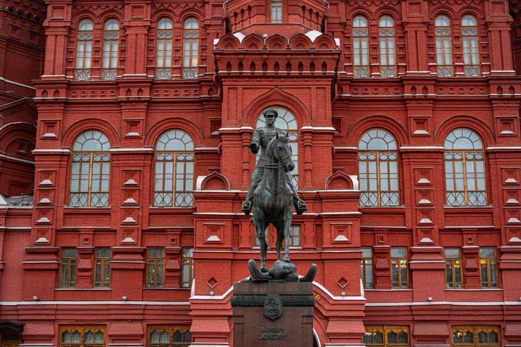 Denkmal für Marschall Schukow vor dem Museum