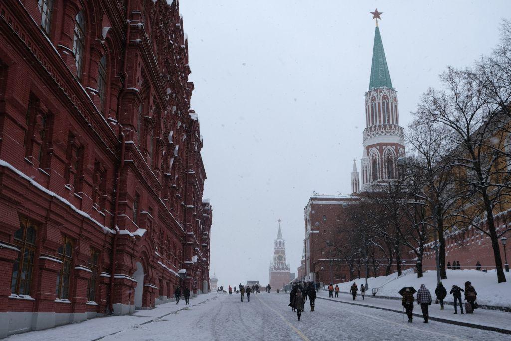 Zugang zum Roten Platz zwischen dem Staatlichen Historischen Museum und dem Kreml