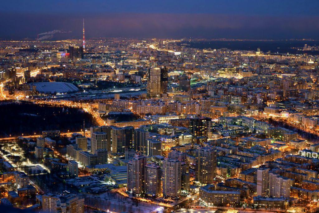 Aussichta auf das nächtliche Moskau von der Plattform des Oko Businesszentrum in 354 Meter Höhe