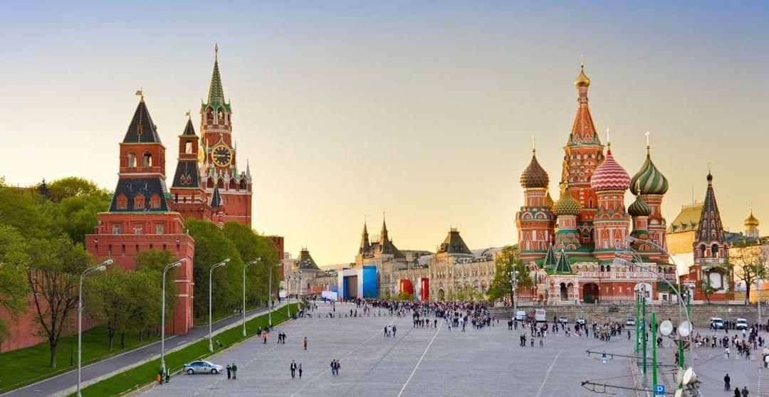 Roter Platz in Moskau mit der Basilius-Kathedrale, dem GUM Kaufhaus und dem Kreml