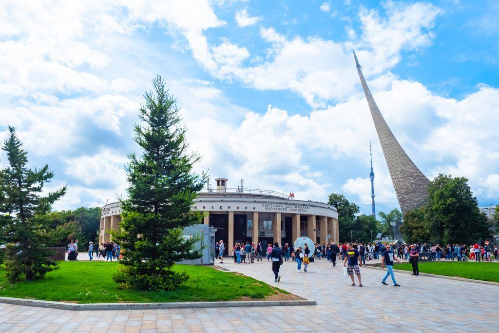 Metrostation VDNKh mit dem Ostankino Fernsehturm und dem Denkmal der Eroberer des Weltalls
