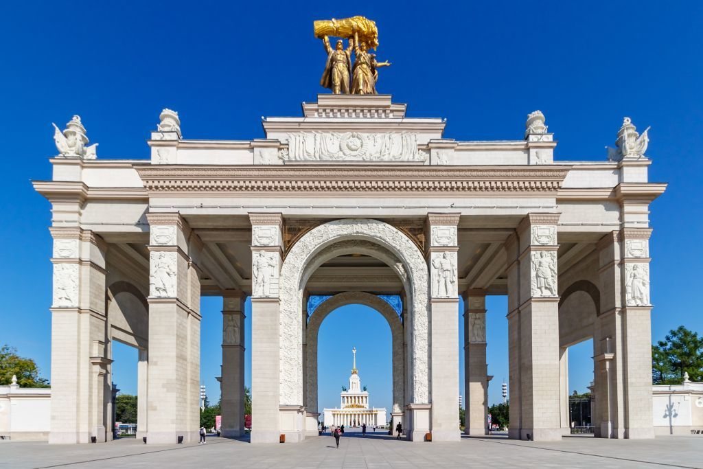 Triumphtor am Haupteingang des WDNCh Geländes in Moskau