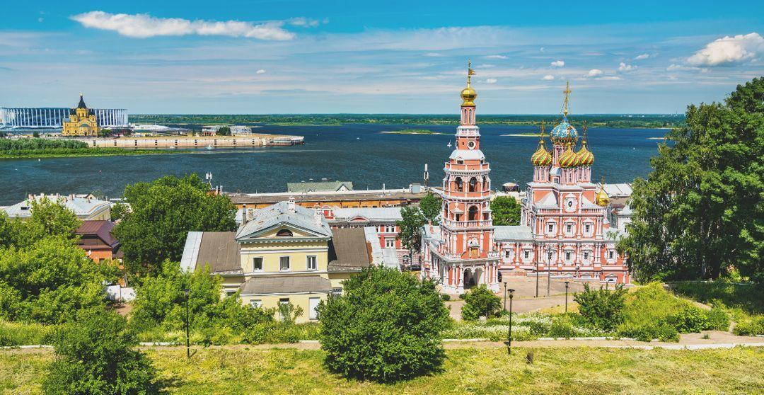 Blick auf die Weihnachtskirche und den Zusammenfluss von Oka und Wolga in Nischni Nowgorod