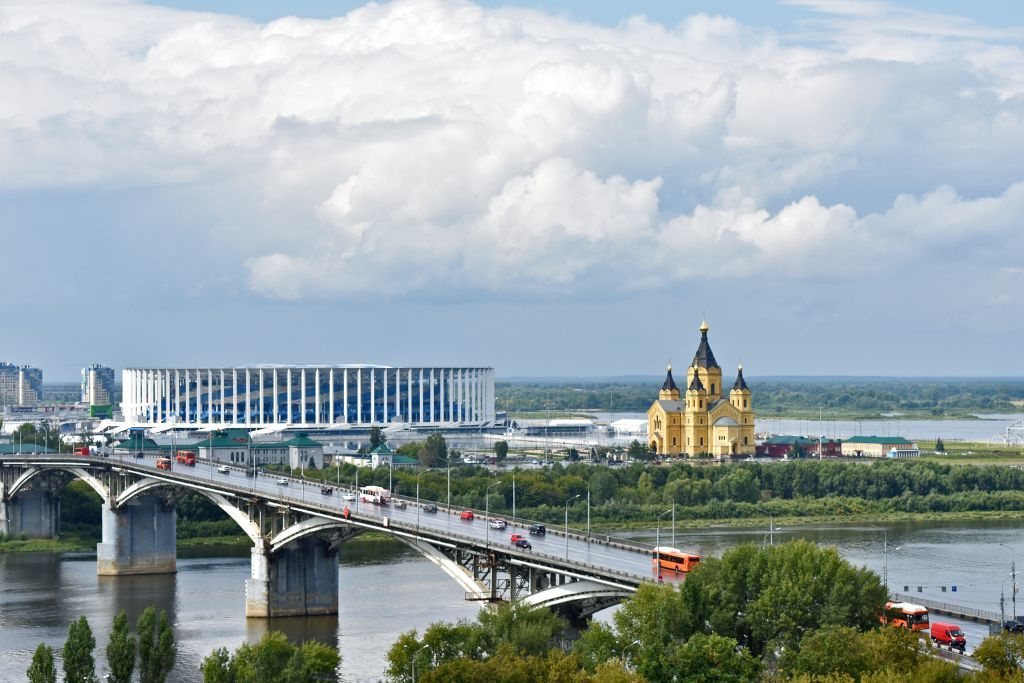 Blick auf die Alexander-Newski-Kathedrale und das Fussball-Stadion in Nischni Nowgorod