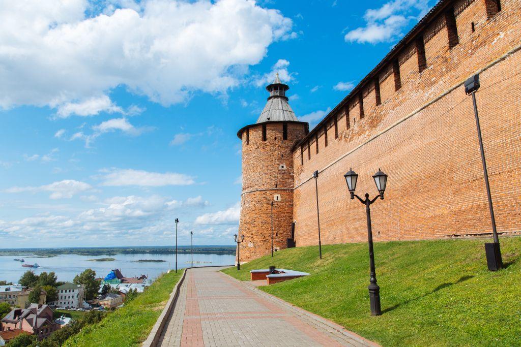 Kremlmauer mit Blick auf die Wolga in Nischni Nowgorod