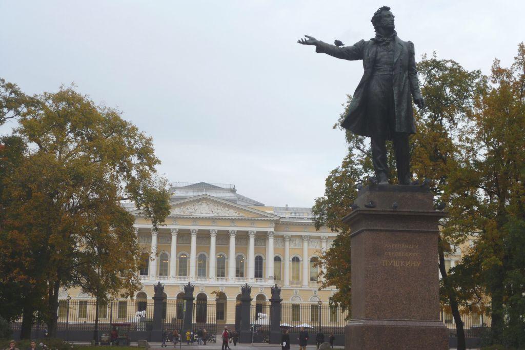 Puschkin Statue neben dem Russischen Museum in Sankt Petersburg
