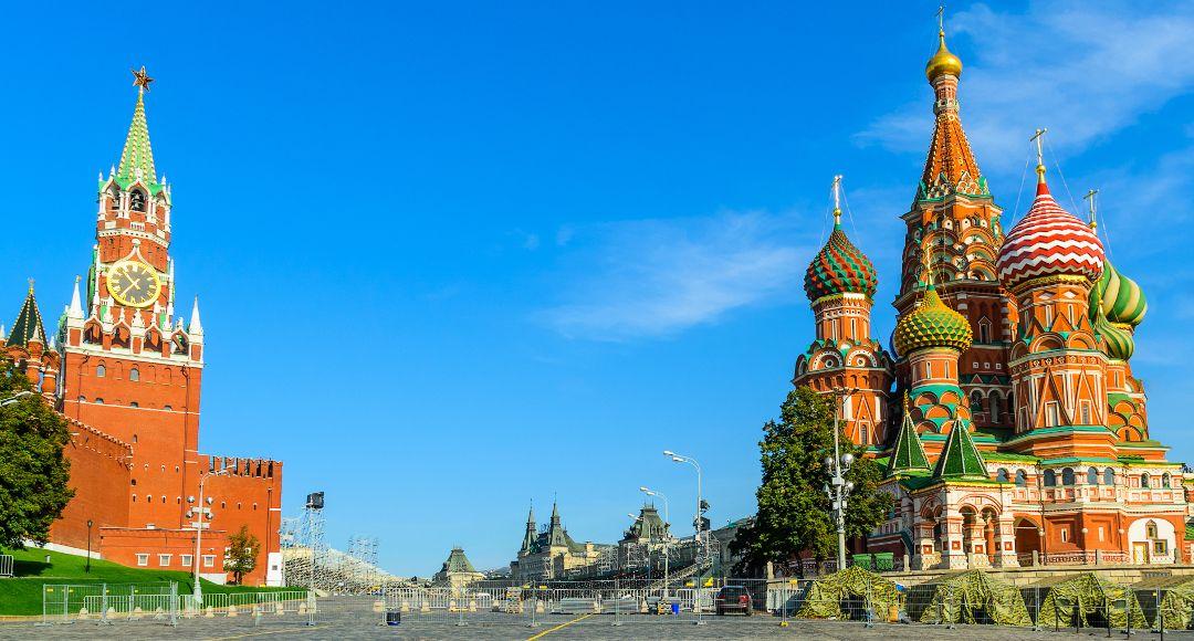 Basilius Kathedrale und Erlöserturm auf dem Roten Platz in Moskau