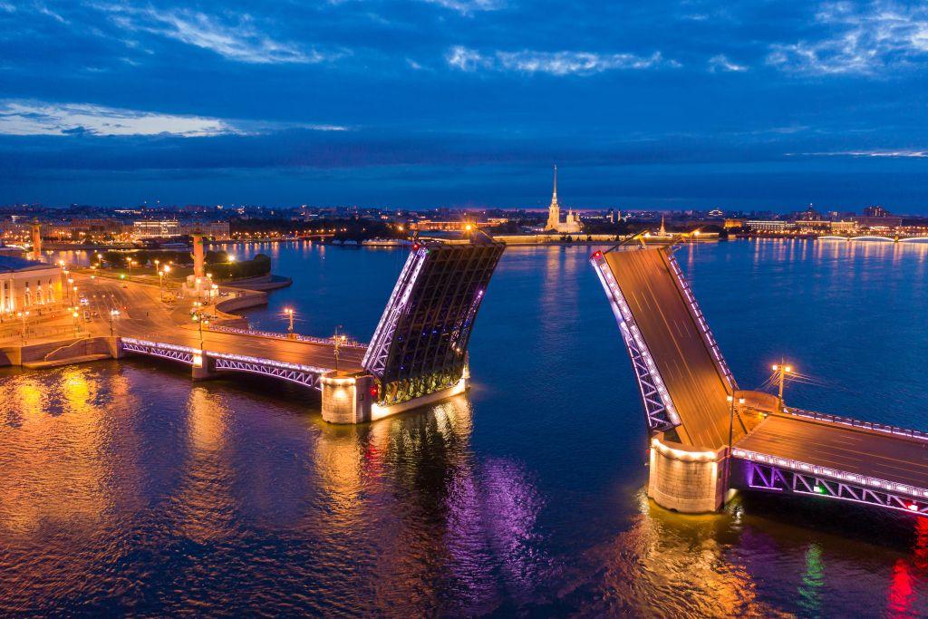 Brückenöffnung während den Weißen Nächten in Sankt Petersburg