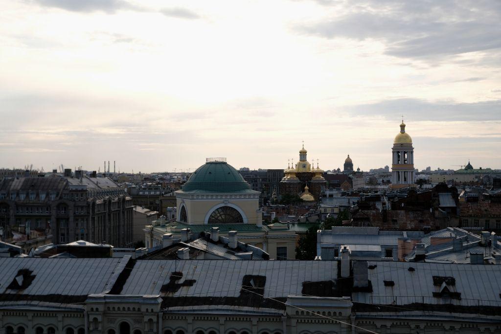 Blick auf die Dächer von Sankt Petersburg bei einer Rooftop-Tour während den Weißen Nächten