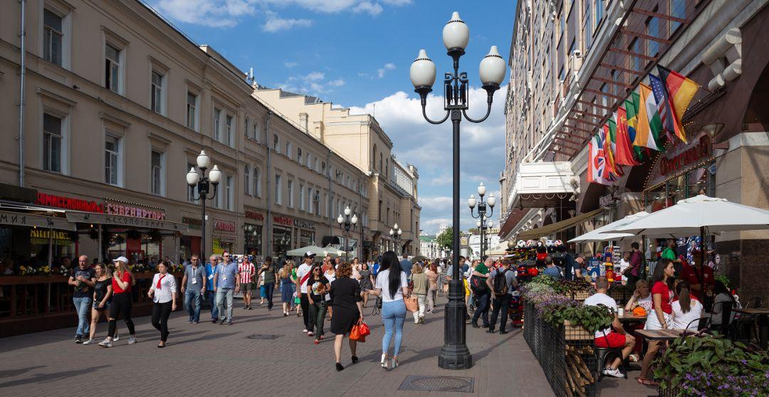 Menschen auf dem Arbat in Moskau