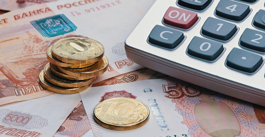 Russische Rubel als Münzen und Scheine mit Taschenrechner