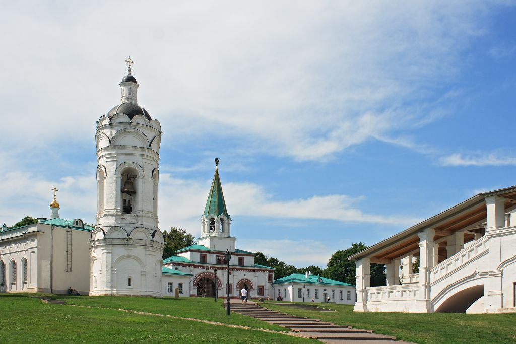 Glockenturm und Eingangstor im Kolomenskoje Freilichtmuseum