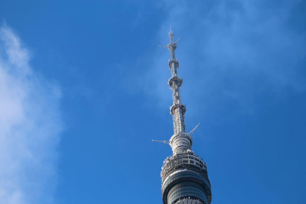 Spitze des Ostankino Fernsehturms in Moskau