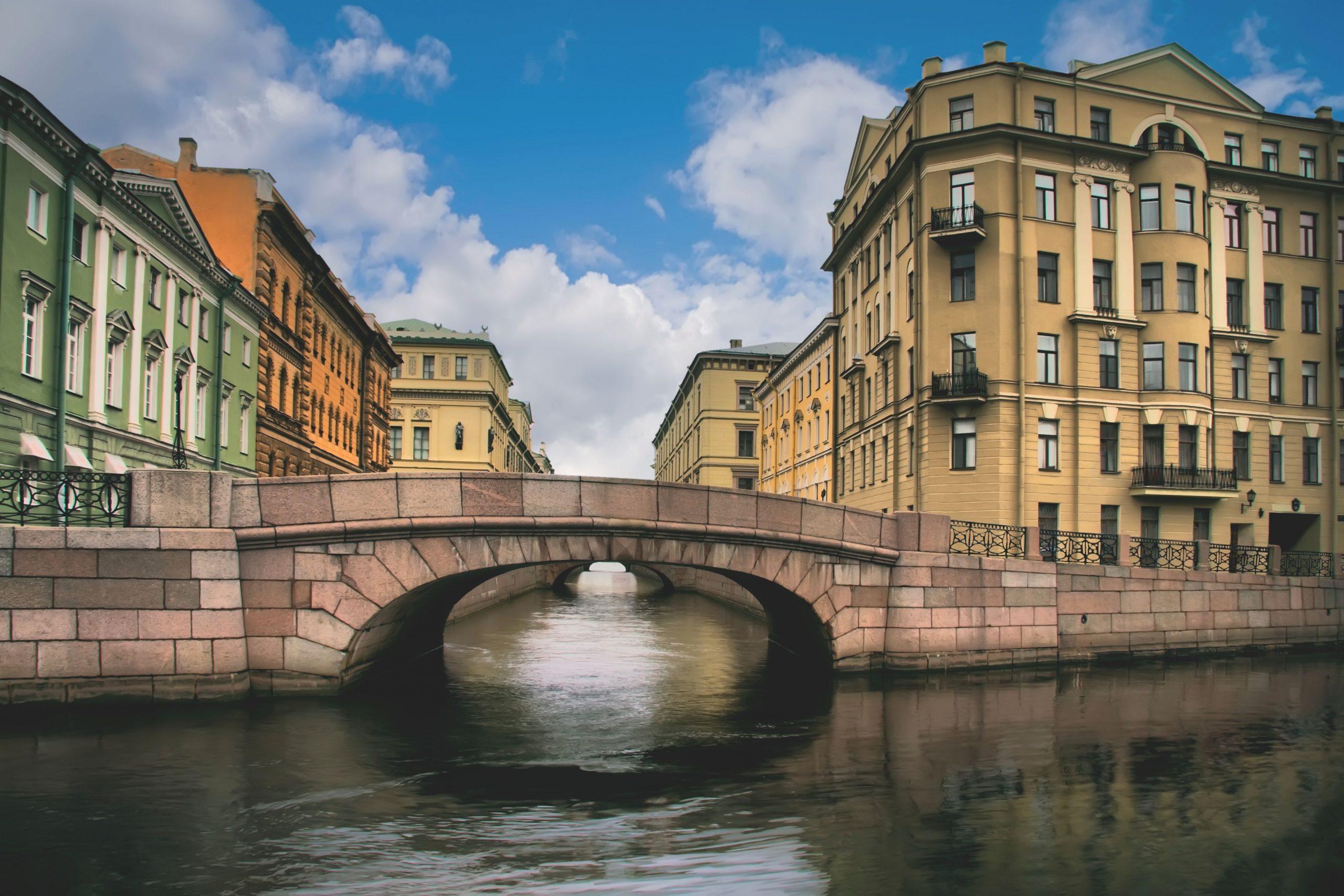 Eremitagebrücke an der Newa in Sankt Petersburg