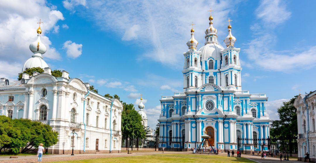 Smolny Kathedrale in Sankt Petersburg mit Nebengebäuden