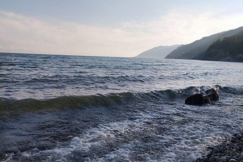 Wellen des Baikalsees bei Bolschoje Goloustnoje