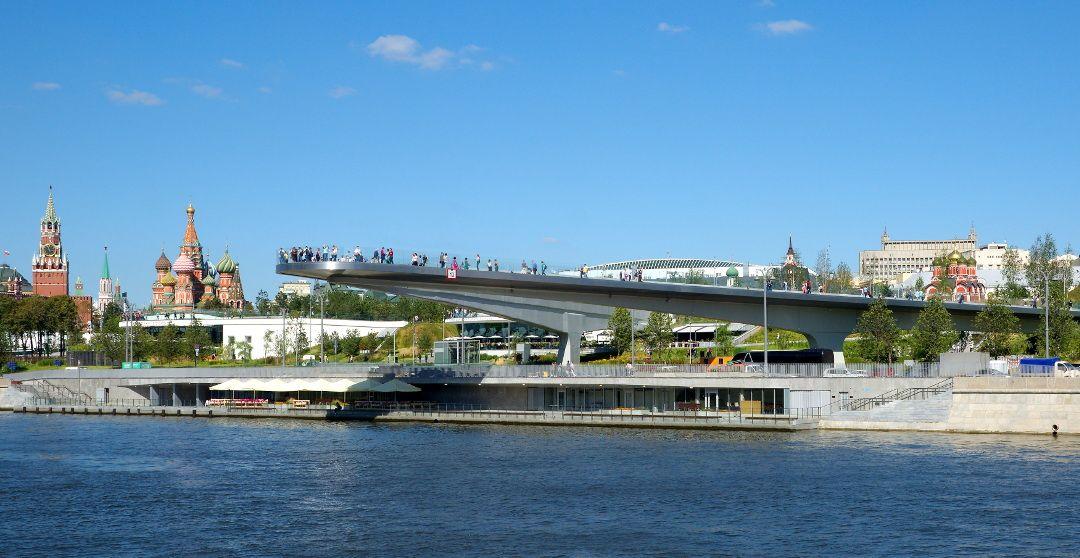 Kreml und Basilius-Kathedrale neben der schwebenden Brücke in Moskau