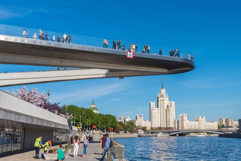 Schwebende Brücke über der Moskwa