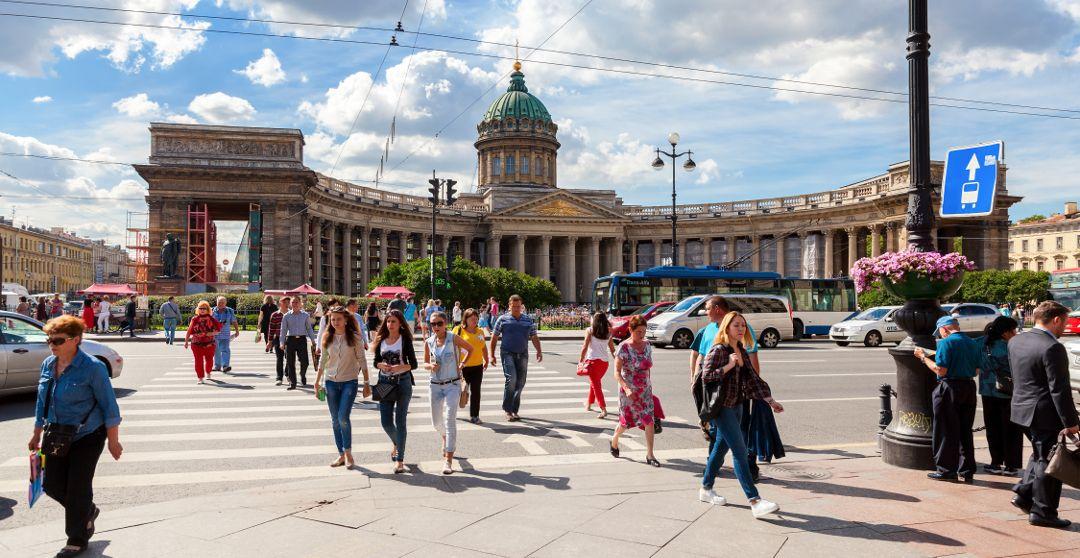 Gruppe Stadtführung an der Kasaner Kathedrale in Sankt Petersburg