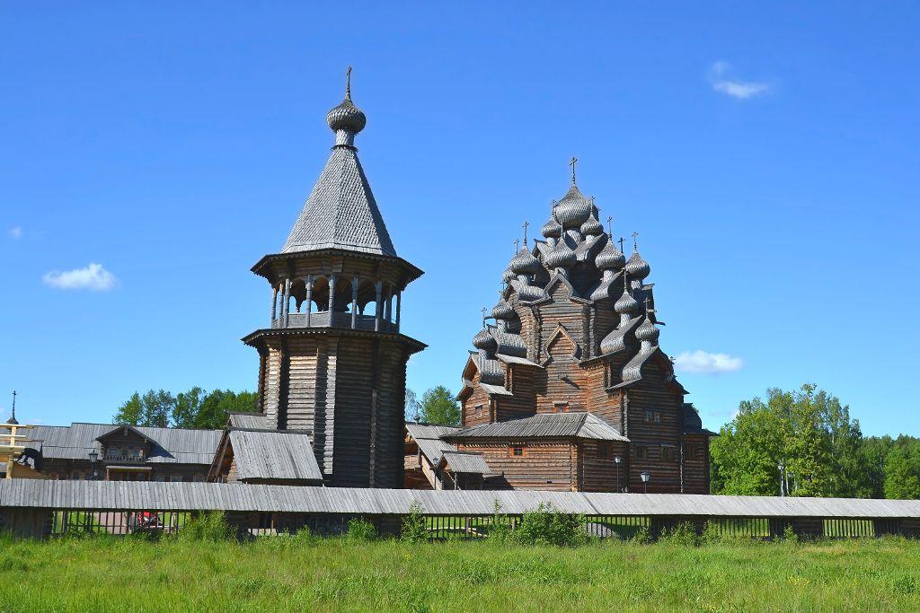 Glockenturm und Pokrow Kirche im Bogoslovka Freilichtmuseum in Sankt Petersburg