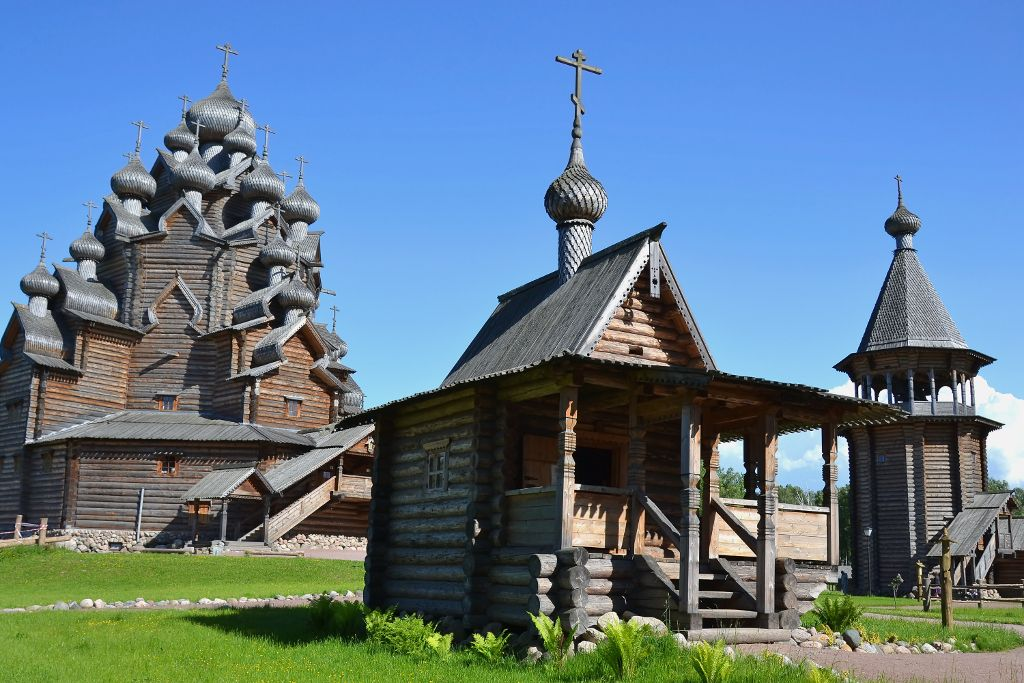 Kapelle, Glockenturm und Pokrow Kirche im Bogoslovka Freilichtmuseum in Sankt Petersburg