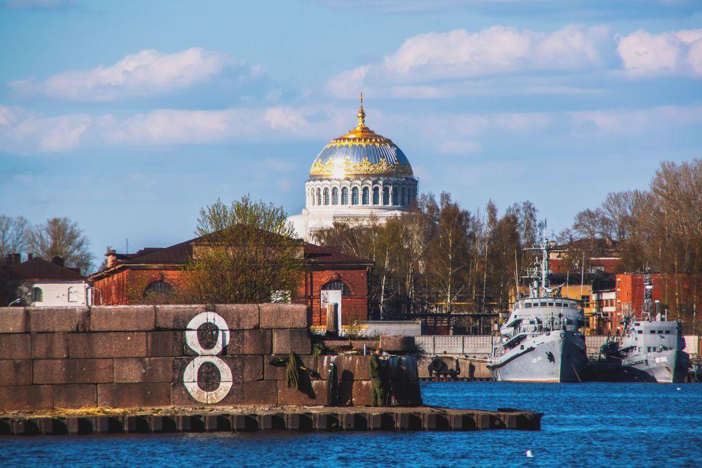 Militärschiffe im Hafen von Kronstadt mit dem Marine Dom im Hintergrund