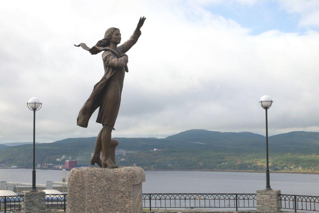 """Denkmal """"Die wartende Frau"""" in Murmansk"""